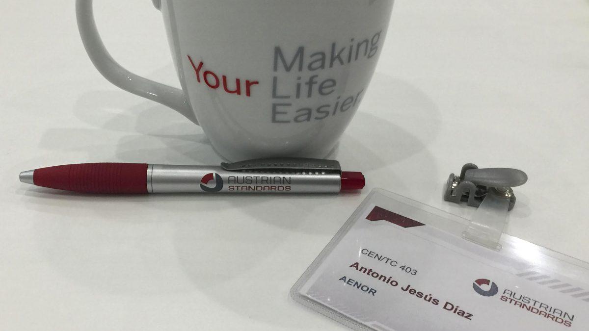 """Imagen de la taza corporativa de la reunión del grupo CEN 403. Donde en inglés se dice: """"Estás haciendo la vida más fácil"""" en referencia a la labora de los médicos que trabajamos por mejorar la calidad y la seguridad de los pacientes a nivel europeo."""